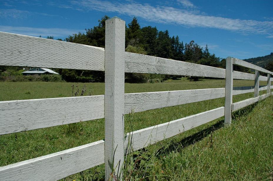 Dřevěný plot s vodorovnými deskami.