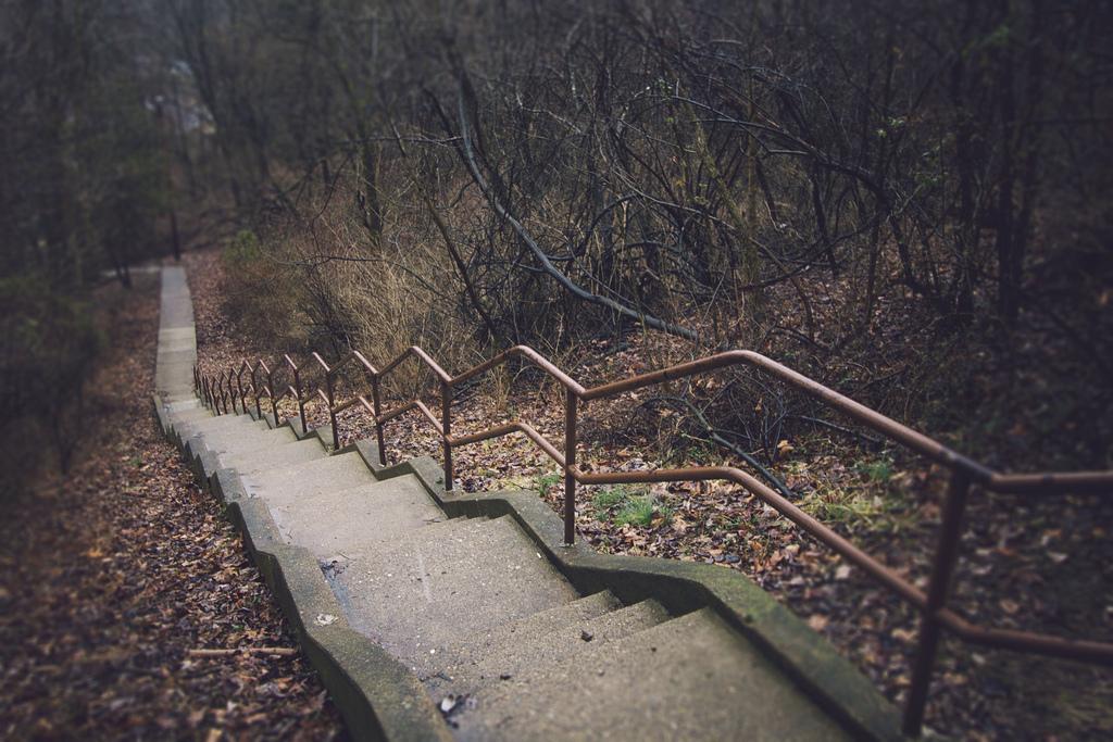Venkovní betonové schodiště se zábradlím