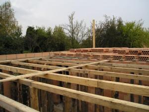 Dřevěné podpěry POROTHERM stropu