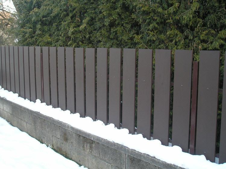 Tmavě hnědý dřevěný plot