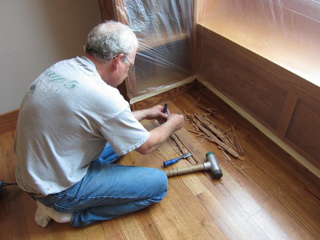 Odstranění porušené části parketové podlahy