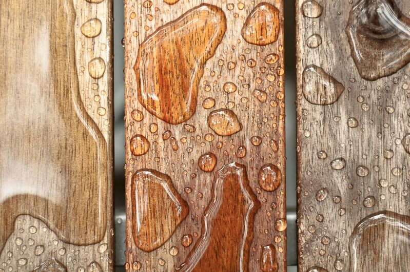 Dřevo pokropené vodou