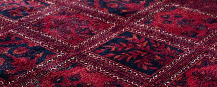 Červený vzorkovaný koberec