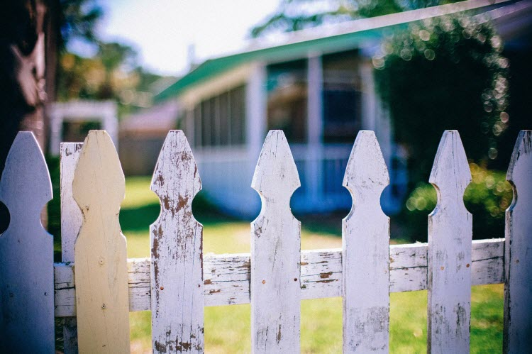 Tyčkový dřevěný plot