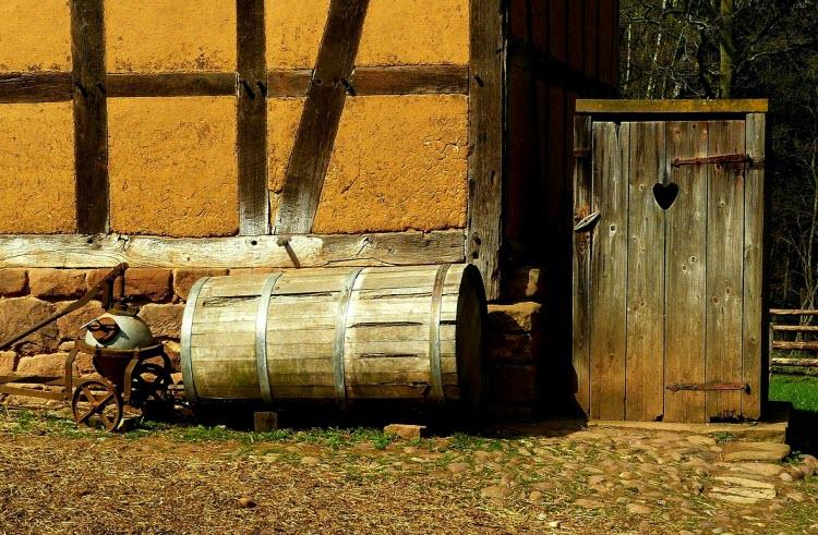 Dřevěná kadibudka