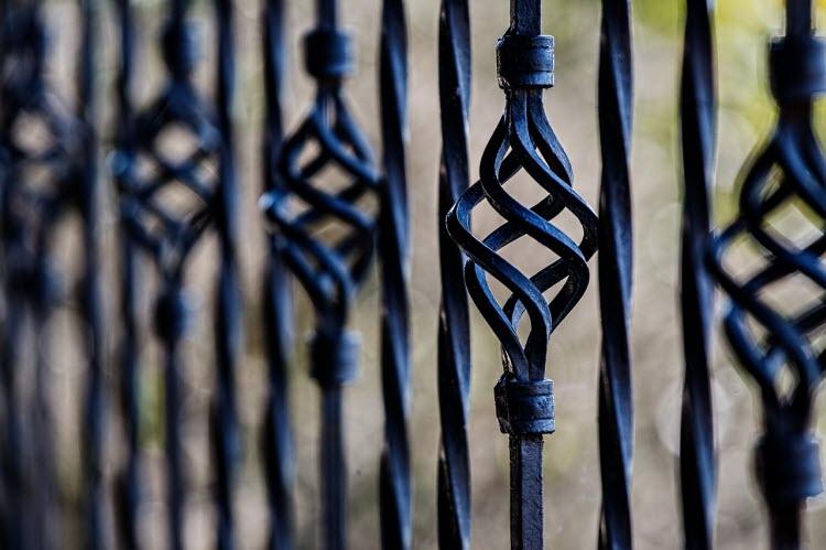 Tepaný železný plot
