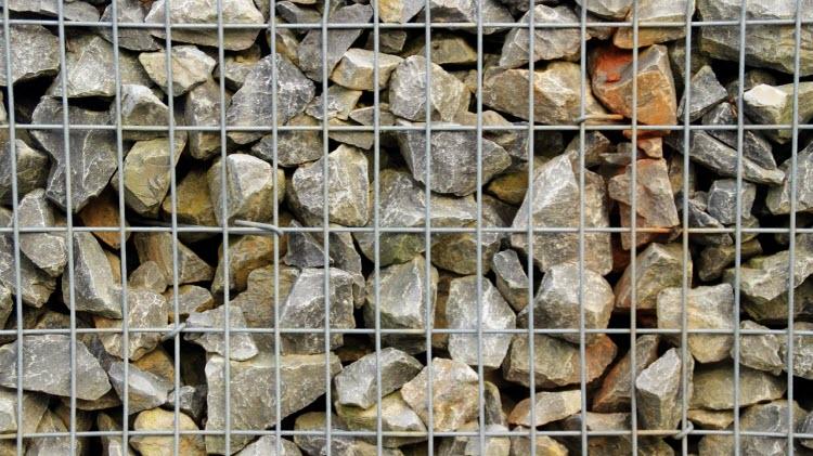 Gabiónová síť se sypaným kamenem