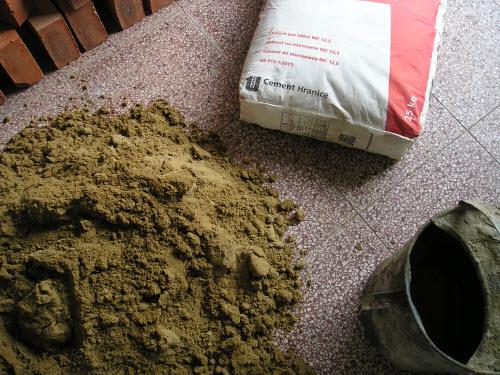 Cement, písek a voda - složky malty na zdění