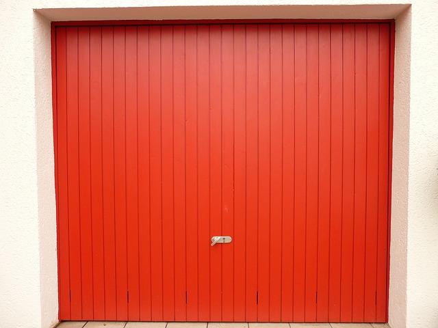 Červené garážové vrata