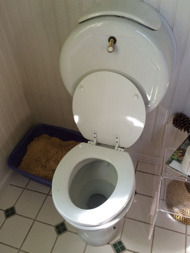 Bílé wc prkénko