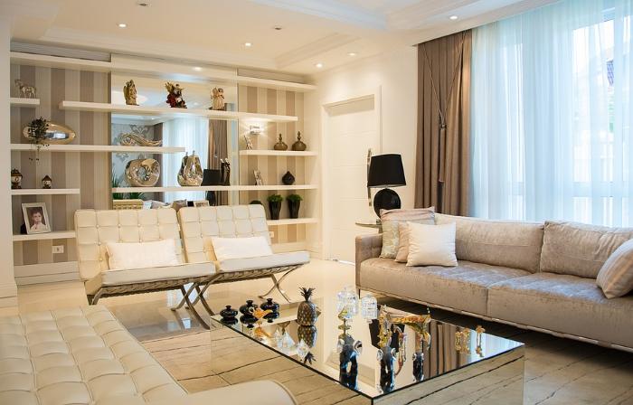 Bílo stříbrný obývací pokoj