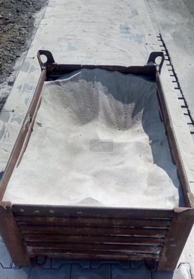 Křemičitý písek v bedně na zásyp chodníku