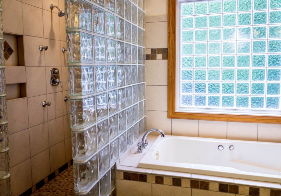 Vana a sprcha rozdělená luxferami