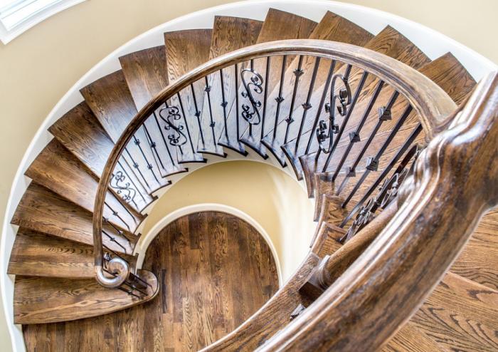 Točité atypické schodiště s dřevěnými stupni