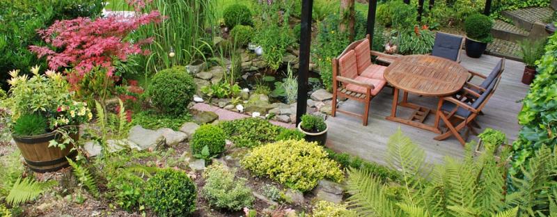 Zahradní jezírko s posezením