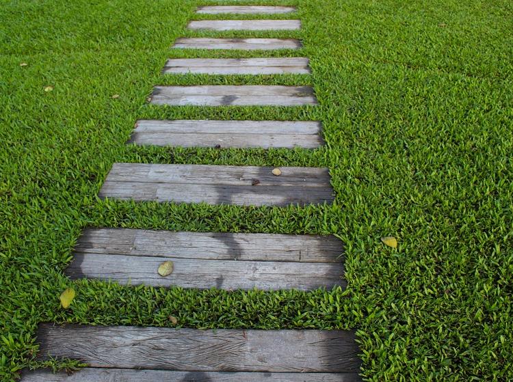 Chodník z dřevěných pražců