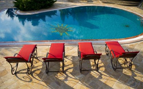 Bazén s hnědou dlažbou kolem