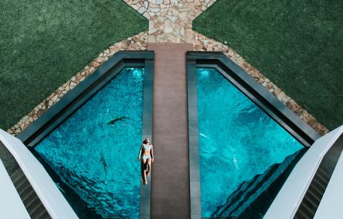Luxusní bazén s chodníkem z kamene
