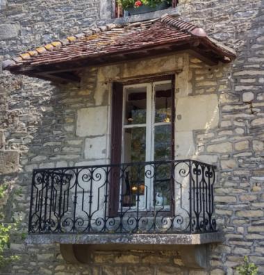 Starý balkón s kovovým zábradlím - Francie