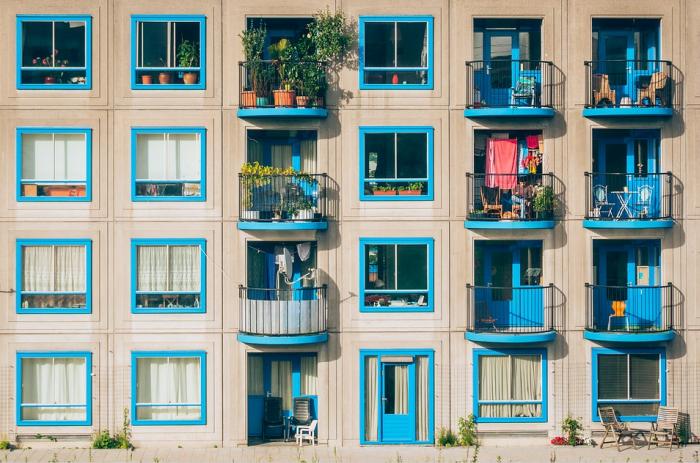 Byty s modrými okny
