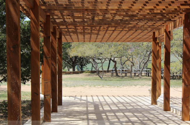 Jednoduchá dřevěná pergola bez zastřešení