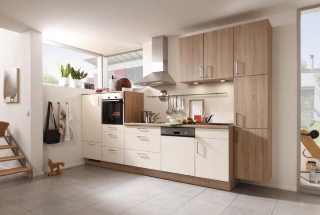 Jednoduché dispoziční řešení kuchyně v dekoru dřeva