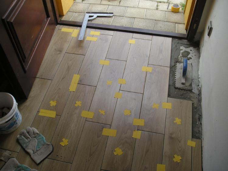 Pokládka keramické dlažby u vstupních dveří