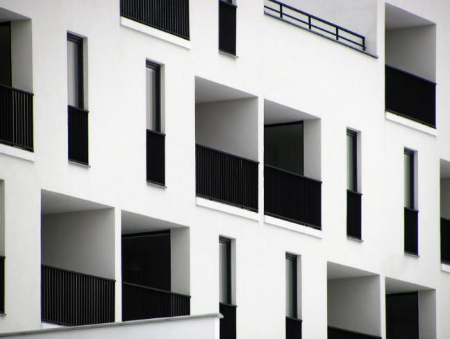 Zapuštěný balkón ve fasádě