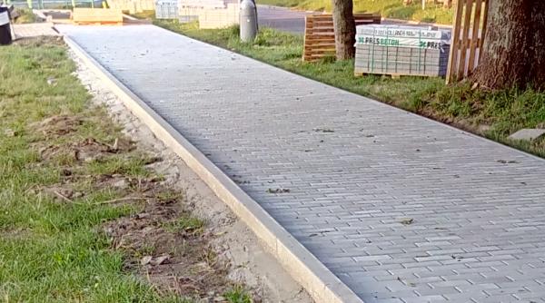 Chodník - položená betonová dlažba