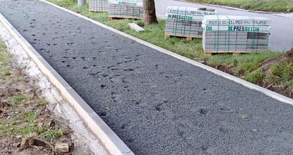 Vyrovnaná jemná drť před pokládkou betonové dlažby
