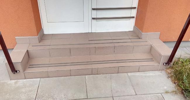 Protiskluzové pásky na venkovních schodech