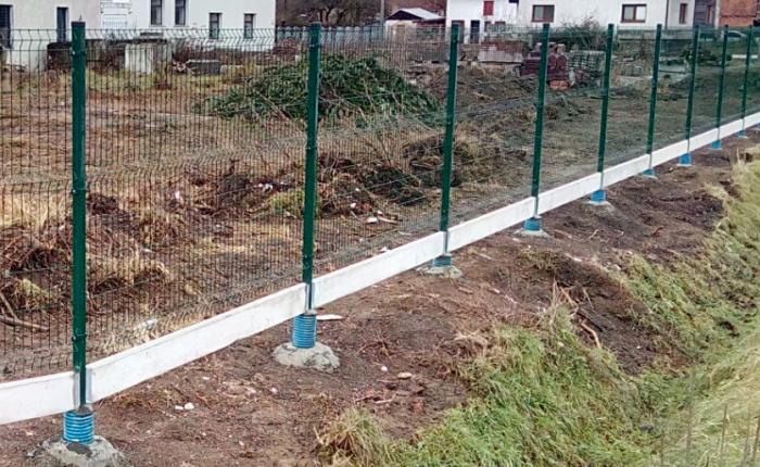 Podhrabové desky pod drátěným plotem